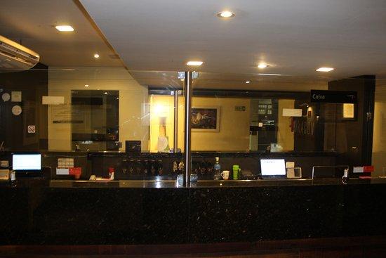 Recepção, sala de espera e lavabo para clientes