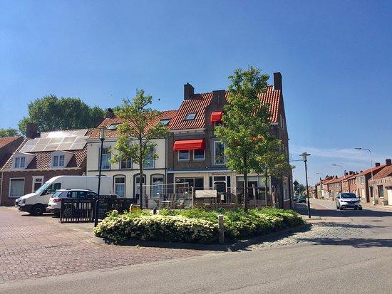 Hotel De Rode Leeuw: Hotel/restaurant/fietscafé : momenteel gesloten voor renovatie. Gelegen op de hoek van de Sluissestraat. Schuins over restaurant Céleste. Op het dorpsplein ook mooi antiekzaakje. Rechtover hotel plein 10.