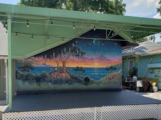 ‪‪Gulfport‬, فلوريدا: Stage in the Village Courtyard with Keith Stillwagon mural‬