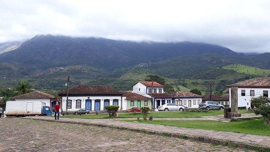 Casario colonial com a Serra do Caraça ao fundo