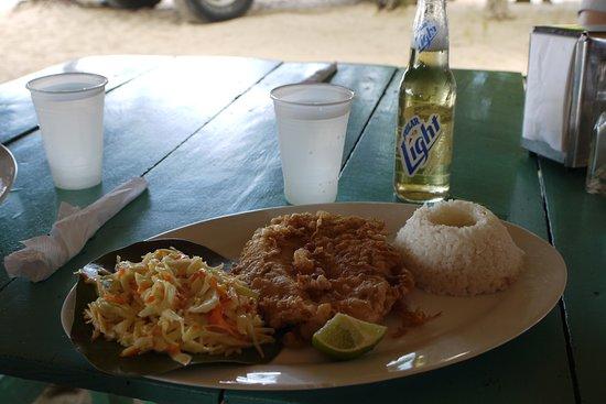 Venezuela: Ryba smažená v těstíčku, rýže, salát a venezuelské pivo. Jednoduchý, ale skvělý oběd na karibské pláži.