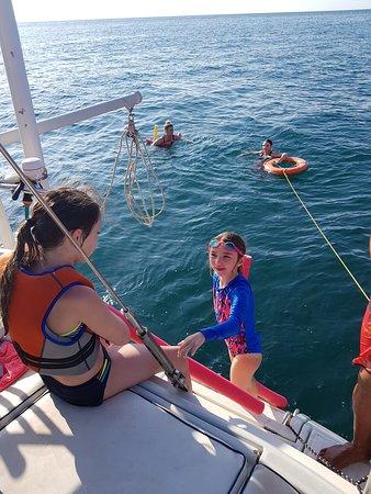 Tamarindo, Costa Rica: Ya sea que naden o se vayan de snorkeling siempre estará nuestro Marinero salva vidas atento.