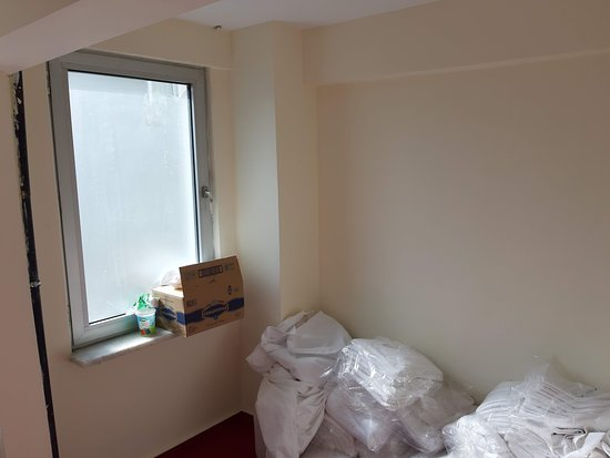 Sirkeci Family Otel: devant la chambre du matériel de nettoyage :(