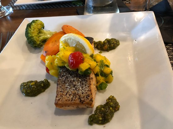 Shohola, Pensylwania: Salmon, mango salsa, pistachio chutney served with veggies and side starch - mine was basil infused mashed potatoes.