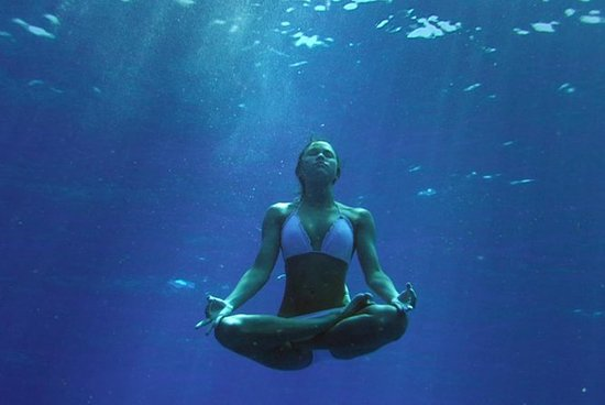 Una introducción al apnea, la meditación y el yoga.: An Introduction to Freediving, Meditation, and Yoga
