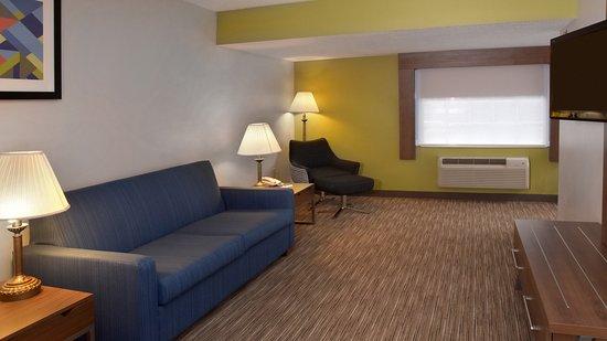 Holiday Inn Express Mt. Pleasant-E Huntingdon: Suite