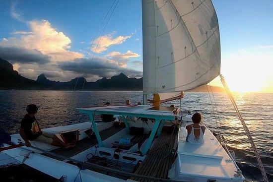 Sunset Tour: Moorea Sailing Cruise en...