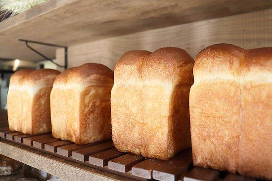 Okanoue no Panya: 午前と午後の2回焼かせて頂いている食パンは、今日も好評いただきたくさん焼かせていただきました。  プレミアムブレッドも食パン同様にたくさんの方にお求めいただきました、ありがとうございます。