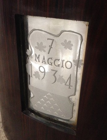 Particolare del tavolino realizzato da Piero Portaluppi per celebrare il matrimonio della figlia Luisa con Antonio Castellini. Su uno degli specchi molati, realizzati da Pietro Chiesa ir., la data delle nozze: 7 maggio 1934.