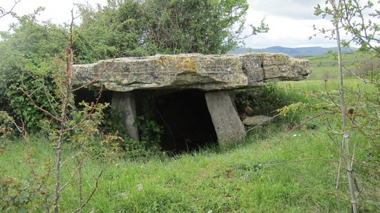 Buzeins, Frankrijk: toujour sur ce chemin de ce village un autre dolmen
