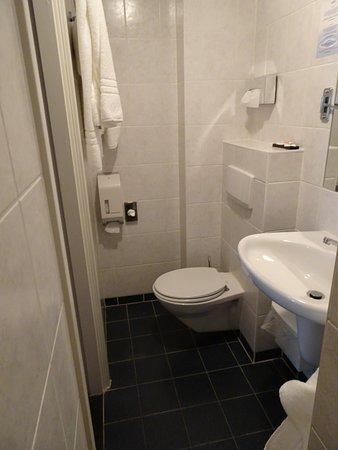 WC, je knieën / hoofd stoot je tegen de muur aan. Je moet er schuin op gaan zitten om het te voorkomen en de handdoeken hangen dan in je gezicht.