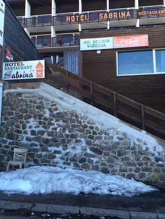 Sabrina Hotel-Restaurant: Accès très abrupte à déconseiller avec des enfants ou des personnes agées. Un enfer avec des chaussures de ski d'autant plus que l'escalier n'est pas entretenu et qu'il manque des marches (une autre entrée existe derrière l'hotel mais alors il faut faire près de 800 m pour rejoindre les pistes)