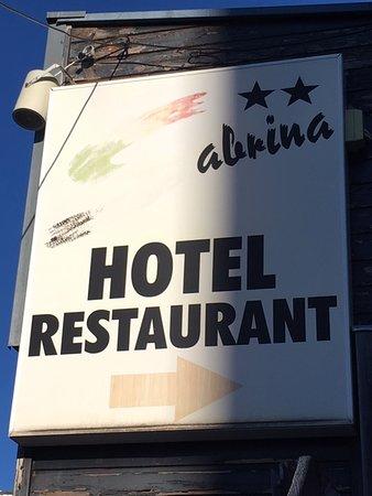 Sabrina Hotel-Restaurant: Meme l'affiche de l'hotel est d'époque ! Et pas entretenue. Hotel jauni de toute part !