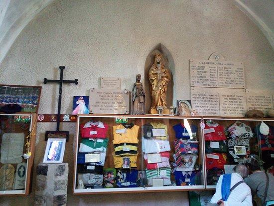 Grenade-sur-l'Adour, Frankrike: l'intérieur avec au fond la statue de notre dame du rugby