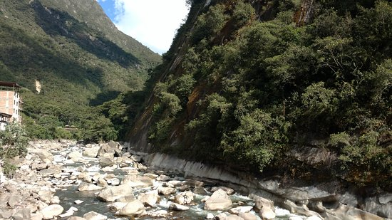 Full House Peruvian Cuisine: Urubamba river (view)