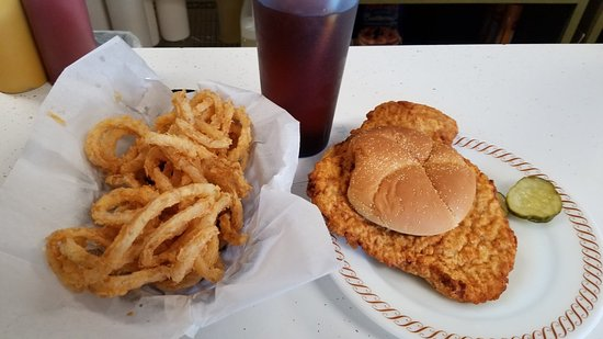 Perry, Iowa: Large tenderloin with onion rings