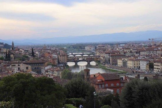 Piazzale Michelangelo: アルノ川を挟んた街の中心部が一望です