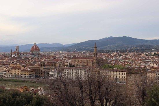 Piazzale Michelangelo: ドゥオモの赤いクーポラが目立ちます