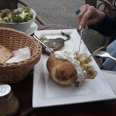 Sehr große Ofenkartoffel, jedoch ob es ein 220 gr. Rumpsteak war, bezweifeln wir, klein und dünn