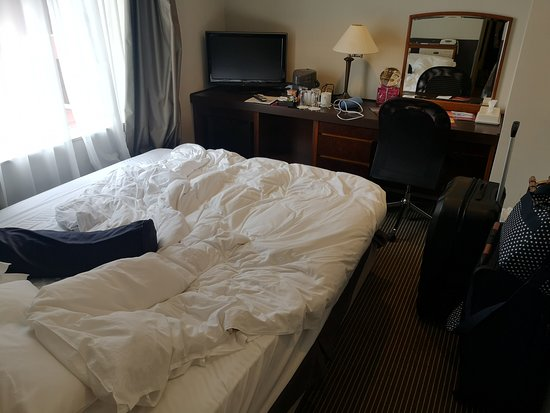 ANA Crowne Plaza Hiroshima: The room was very tiny as you can see with our modest suit cases in the picture.