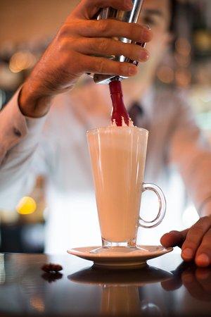 Процесс приготовления горячего безалкогольного коктейля.