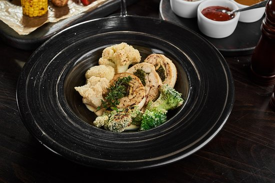 Churrasco Grill & Beer: Курячий крученик з гарніром з броколі та цвітної капусти Chicken roll with broccoli & cauliflower garnish