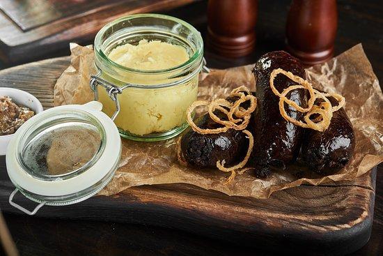 Churrasco Grill & Beer: Кров'янка домашня з картопляним пюре та цибулевими кільцями Domestic black pudding with mashed potatoes and onion rings