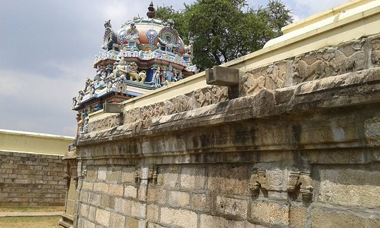 Thoothukudi District, อินเดีย: Devapiran temple, Tiruttolaivillimangalam Irattai Tirupati Temple (Tiruttolaivillimangalam) refers to two temples of the Nava Tirupathi. It is one of the 108 Divyadesam It is referred to as Ketu sthalam, a location for the snake deity, Ketu. The first of the two temples, here enshrines Srinivasan (Devapiran) in a standing posture facing east. This temple has two prakarams. Legend also has it that Indra, Vayu and Varuna worshipped Vishnu here.