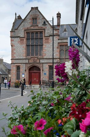 Huntly, UK: The Brander Library is located in the upper floor of this imposing building.