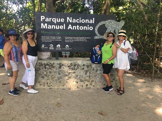 Bellas y hermosas peruanas disfrutrando en Manuel Antonio