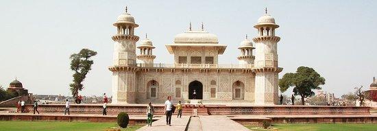 Итмад-уд- Даула(усыпальница), которая была построена Императрицей Норджаханом с 1622 до 1628 года, и очень похожую могилу она создала для своего мужа Джахангира около Лахора в Пакистане. Красный Форт, строительство, которое было начато Императором Акбаром в 1565г , завершилось строительство его правнуком Шах Джаханом. В нем есть зал общественных и частных аудиенций среди многих других красивых сооружений.