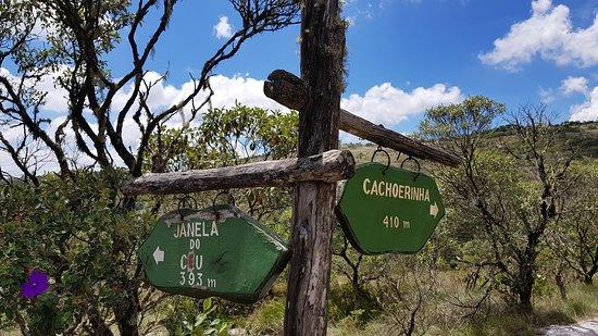 حديقة باركو إستادوال دو إيبيتي بوكا: Placa de sinalização próxima a janela no céu.