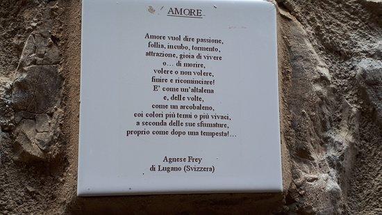 poesie sono apposte sui muri delle case