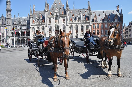 The market square in the historic score of Bruges is one of the places to start a trip in a horse drawn carriage.
