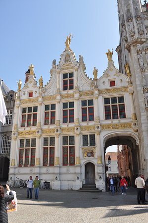 The old  Civil Registry is situated on the Burg. This palace  also served as the Old Court House. The building is decorated by some statues. Lady Justice holds a scale. At her side stand Moses and Aaron.