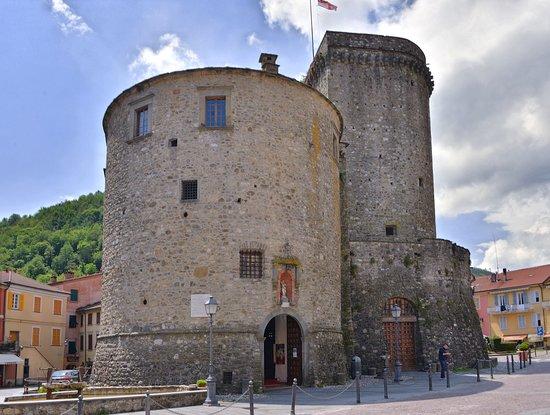 Il castello di Varese Ligure nel centro del paese
