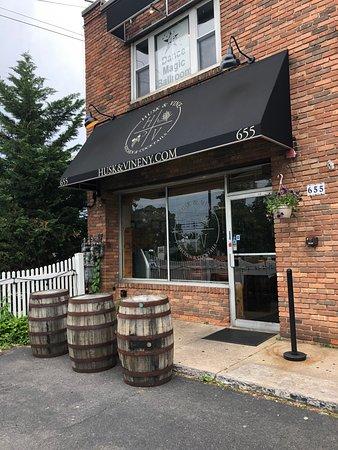 Husk and Vine Kitchen and Cocktails : Entrada y fachada del restaurante