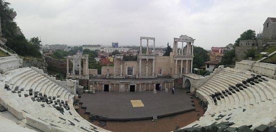 بلوفديف, بلغاريا: Buen ejemplo de teatro romano. En Plovdiv ademas han sabido darle utilidad y que siga funcionando como tal.