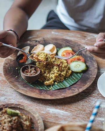 Base Base Samasta: Guys! Sudah lunch belum? Yuk kunjungi Base Base Samasta hari ini dan nikmati Nasi Goreng Babi Garing nan lezat. Rasakan sedapnya bumbu khas Bali berpadu dengan renyah kulit babi yang pastinya menggugah selera. Mari, cicipi sekarang juga! ✨💕😄 . #basebase #jimbaranfood #samastabali #balinesefood #makananbali ----- balinese restaurant jimbaran