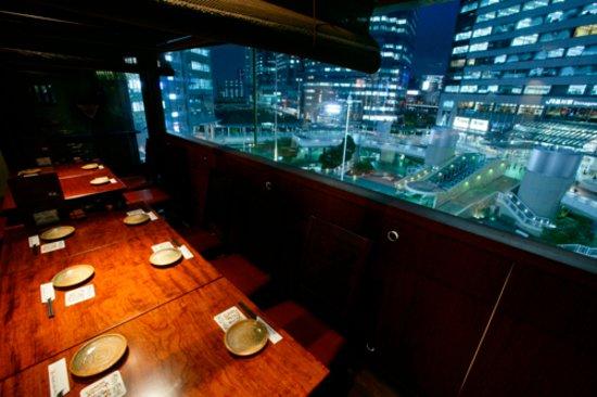 Imozo Shinagawa Honten: 夜景が見えるテーブル席