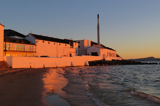 4-Day Islay and the Whisky Coast Small-Group Tour from Edinburgh: Bowmore distillery at sunset