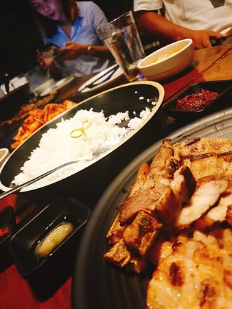Kun's Stick and Bowl Restaurant: Wonderful dinner time ~ Grilled Liempo ~ yummy yummy  丰盛的晚餐里有美味的菲律宾式烤五花肉,炭烤的香气伴着香嫩可口的肉片,一口接一口的无法停止