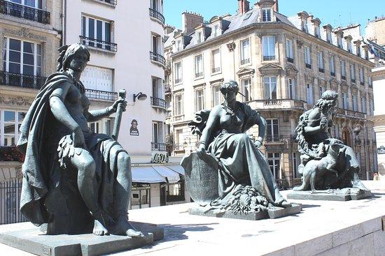 alignement des statues , premier plan l' Amérique du Nord