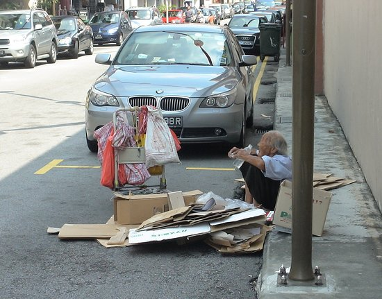 """Chinatown, Singapore  - a lot of persons are taking care of litter - Singapore is a """"very clean city!"""" :)"""
