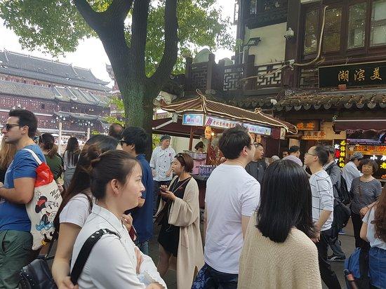 Şanghay, Çin: big crowd near old temple gardens