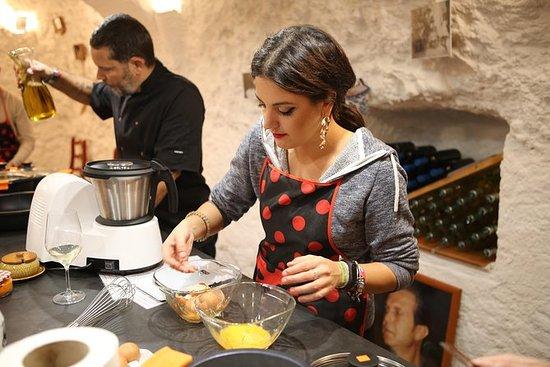 在历史弗拉门戈吉普赛洞(三道菜餐)烹制西班牙美食