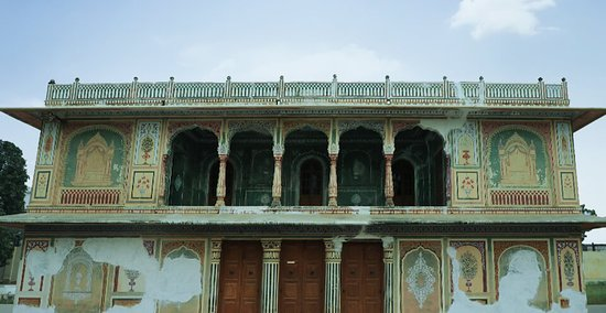 Tonk District, อินเดีย: SUNHERI KOTHI Constructed in 1824 by Nawab Ameer Khan, the Sunheri Kothiwas later renovated by Nawaab Ibrahim Ali Khan. The exterior of the Mansion of Gold completely belies the grandeur within. In-lay work with mirrors, gilded stucco, coloured glass, mosaic and lapez lazuli, painted and polished floors reflecting in the stained glass window leaves visitors completely impressed. This is a beautiful specimen of Hindu Muslim cohesion of architecture.