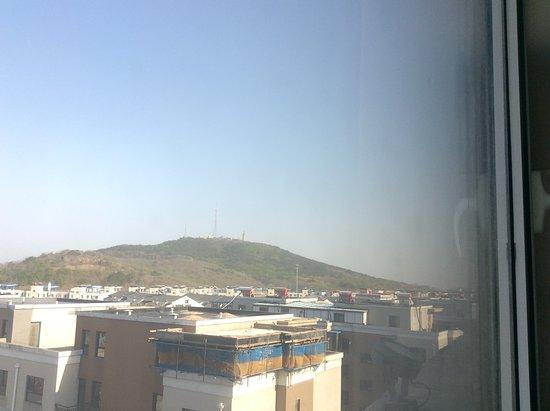 Sanmingju Hotel: 部屋から白玉山の慰霊碑塔が見えました。