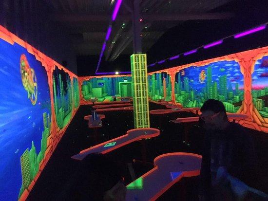 Schwarzlichtpark 3D-Indoor Minigolf & PitPat