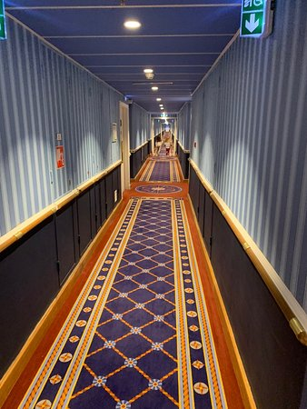 Lunghissimo corridoio dell'hotel